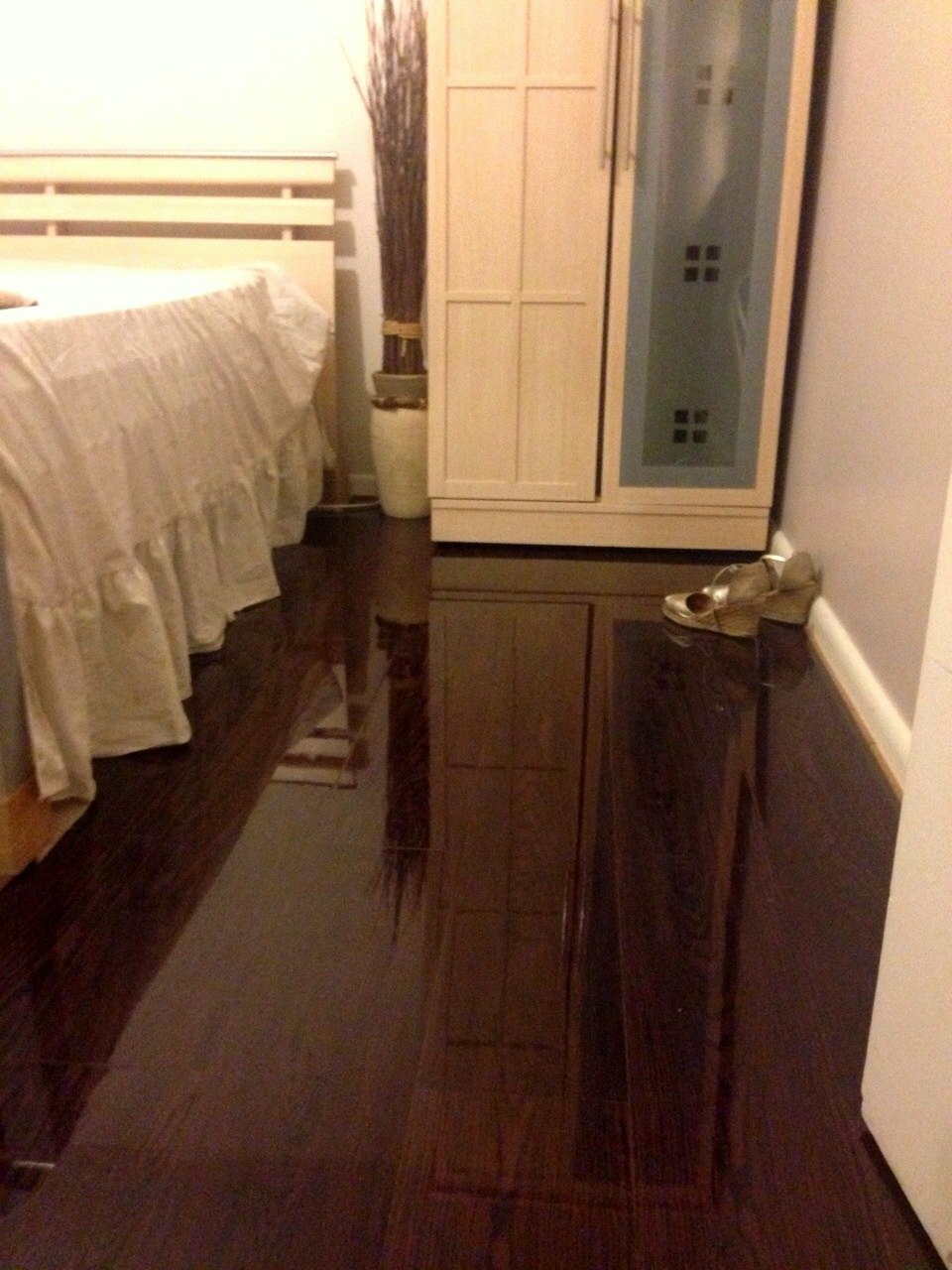 High Gloss Laminate Flooring high gloss designer white This Bedroom Has Just Experienced The Wow Factor Of Floorless Floors High Gloss Laminate